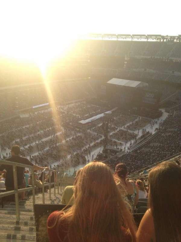 MetLife Stadium, section: 320, row: 24, seat: 39